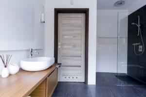 Yuk, Kenali 5 Jenis Material Pintu Kamar Mandi & Plus Minusnya!
