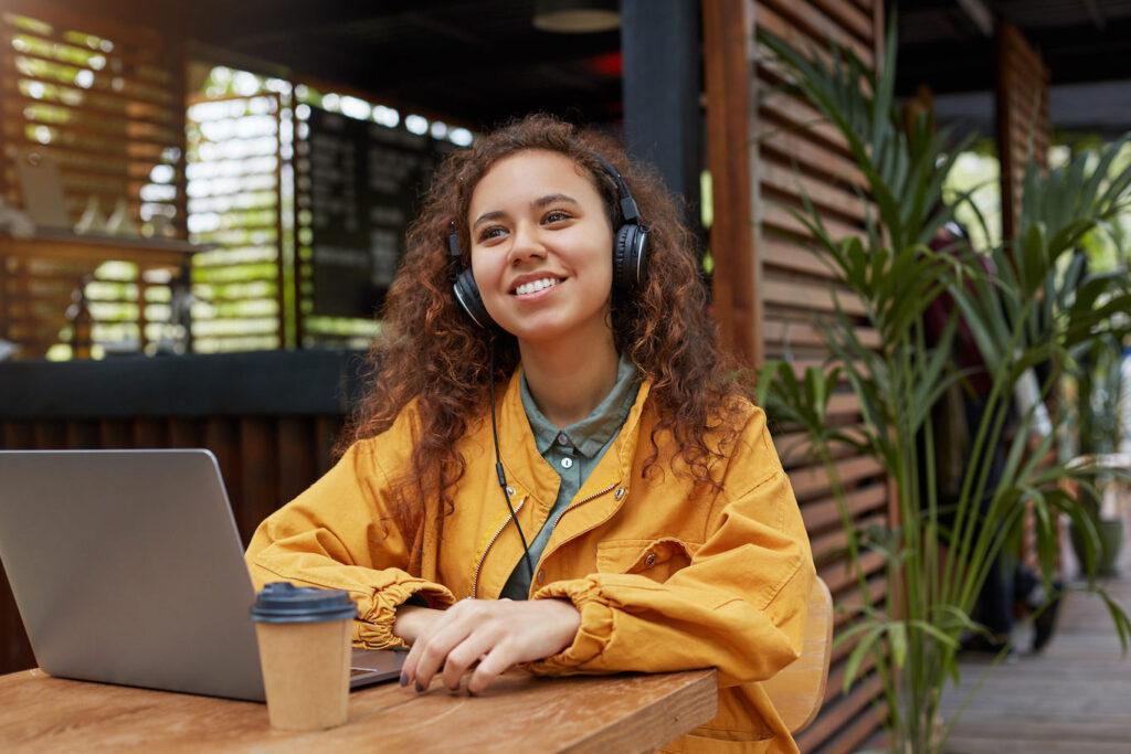 Mendengarkan Audio Book